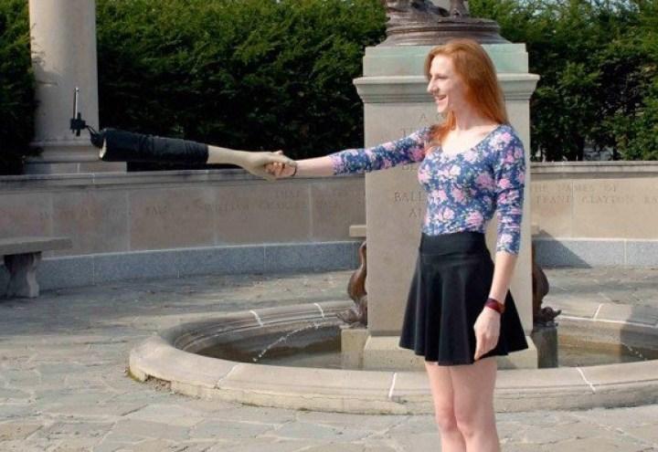девушка и робот-рука