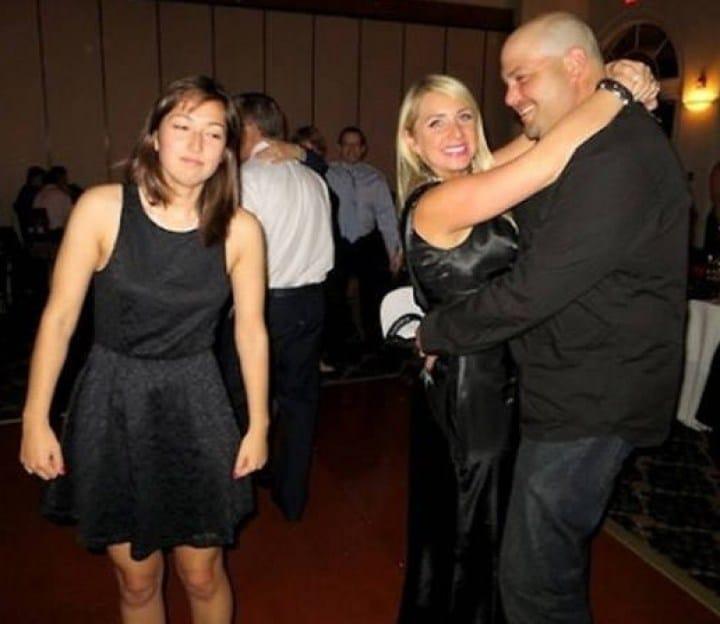 девушка танцует одна