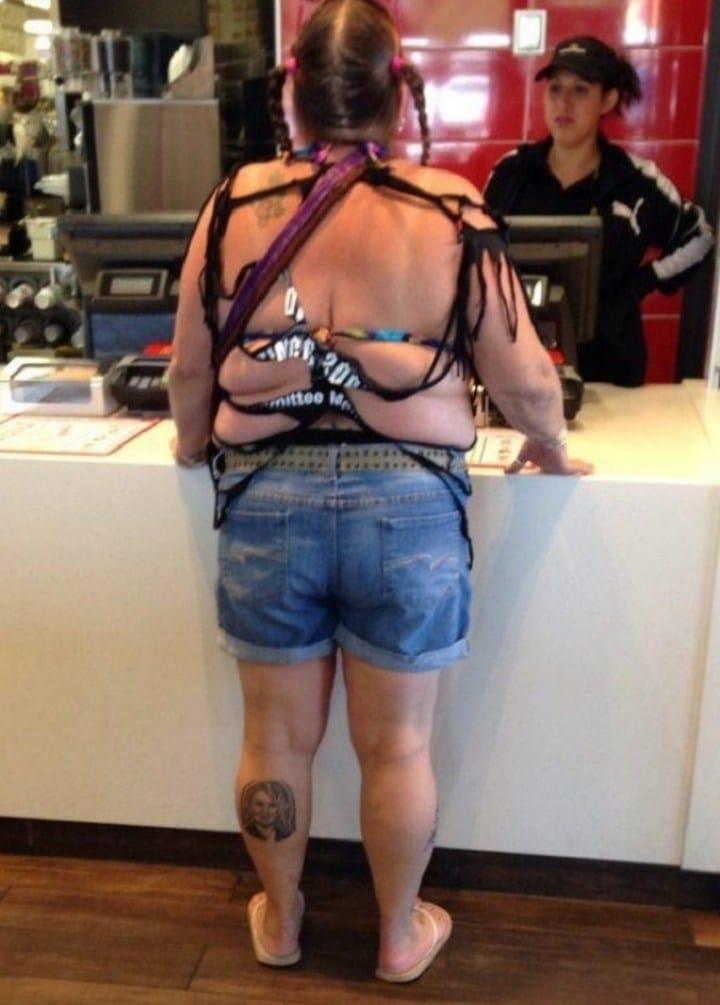 женщина в джинсовых шортах