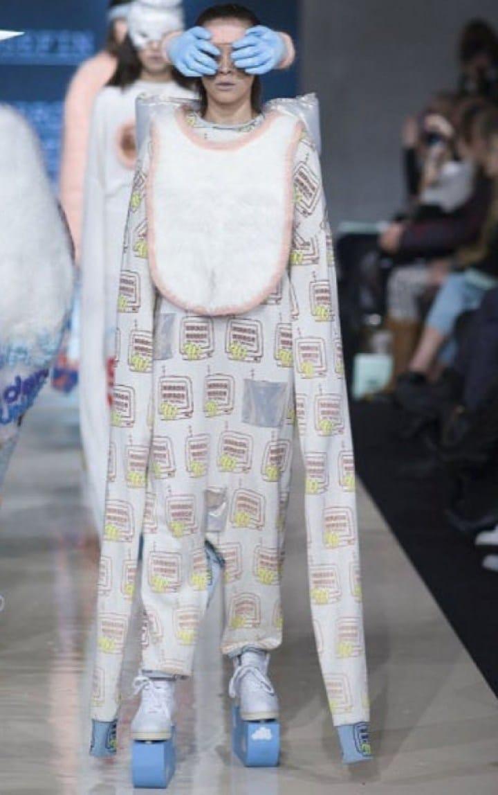 модель на подиуме в странной одежде