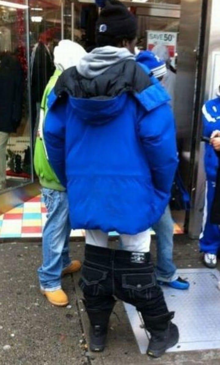 парень в синей куртке
