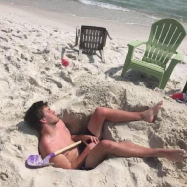 парень спит на пляже