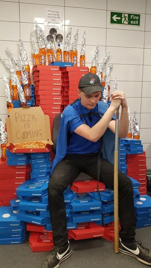трон из пиццы