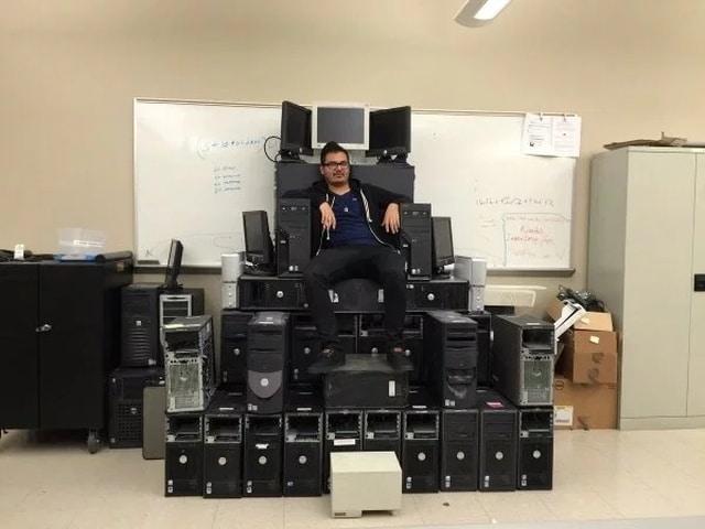 трон из системных блоков