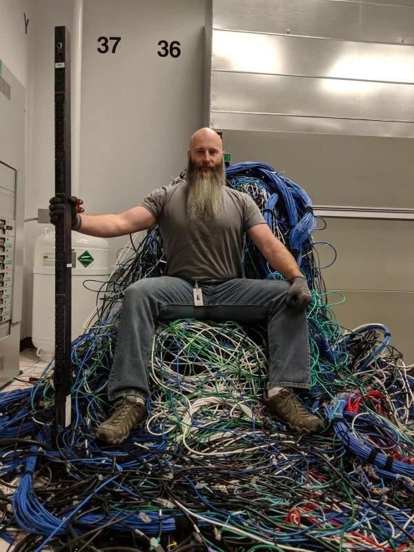 мужчина на троне