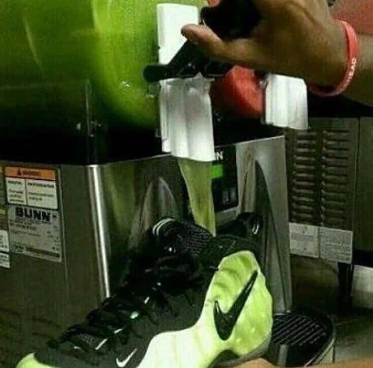 напиток наливают в обувь