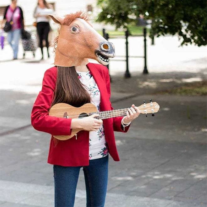 девушка в маске лошади с балалайкой