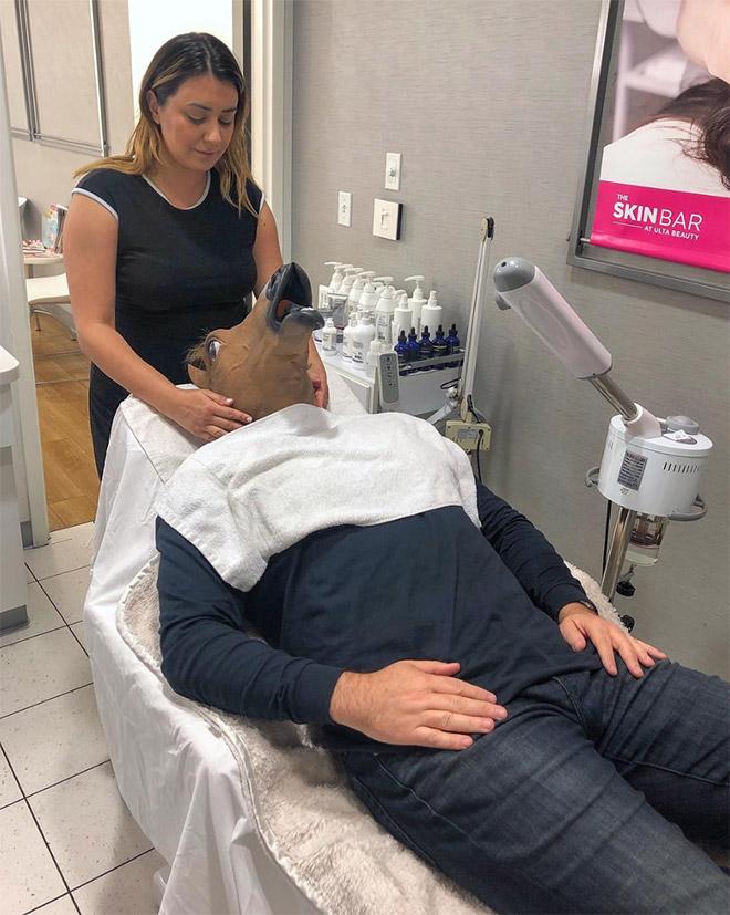 мужчина на кушетке у косметолога
