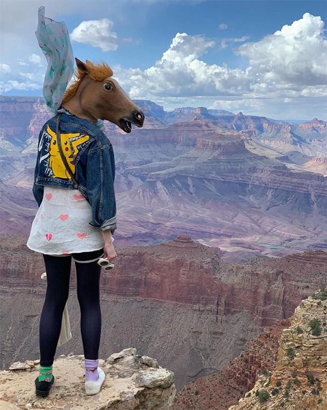 девушка в лошадиной маске