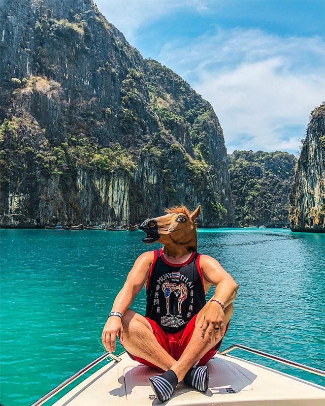парень в лошадиной маске в таиланде