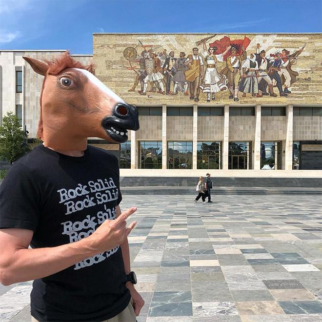 парень в лошадиной маске