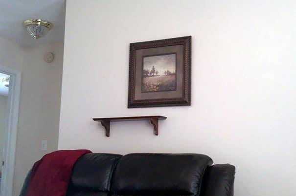 картина и полка на стене