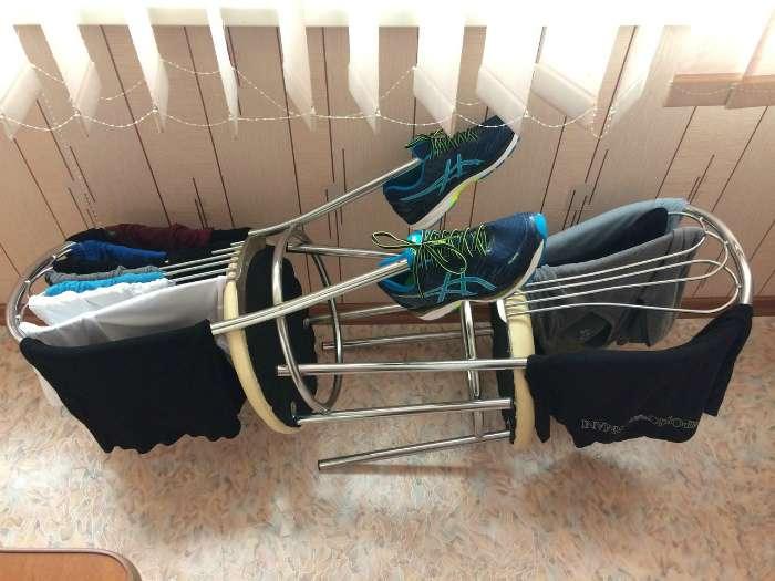 кроссовки сушатся на стульях