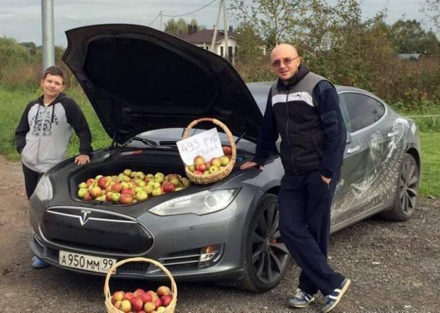 яблоки в капоте машины