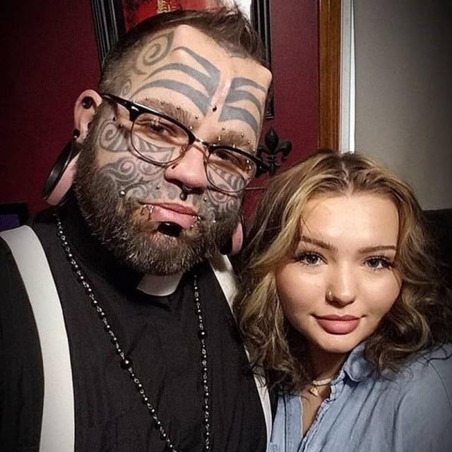 странный мужчина с девушкой