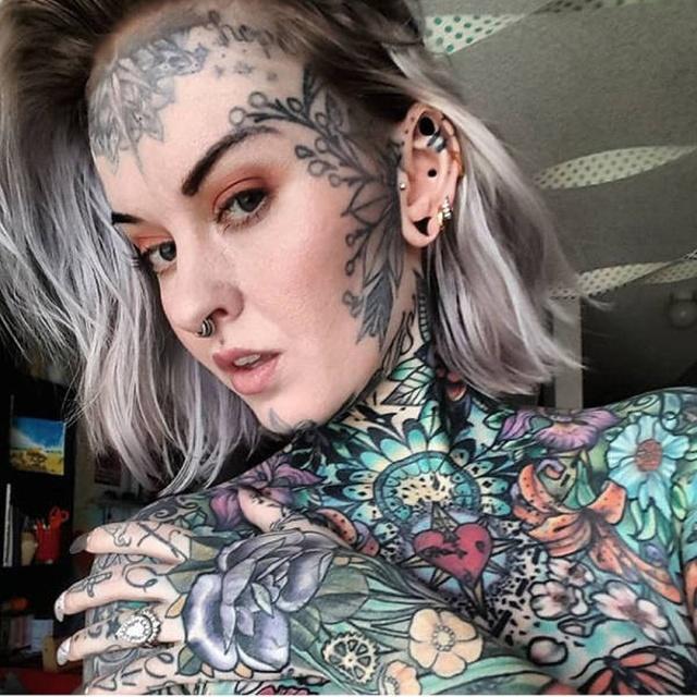 девушка с многочисленными тату