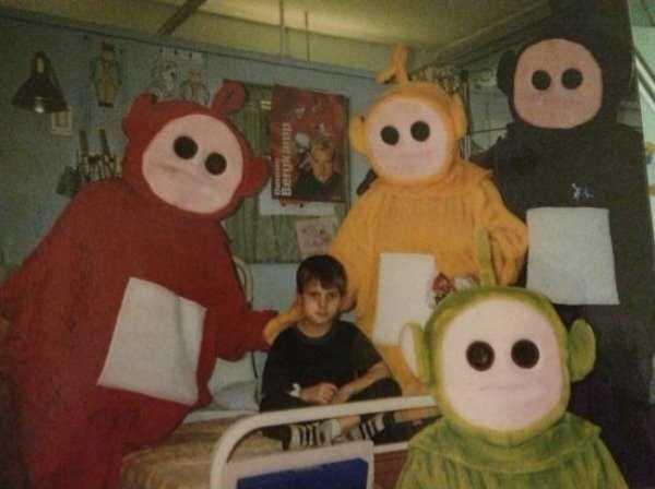 мальчик в окружении кукол