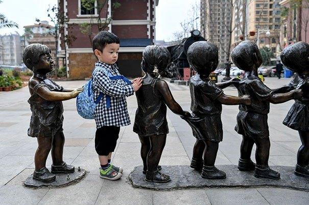 мальчик со скульптурами детей