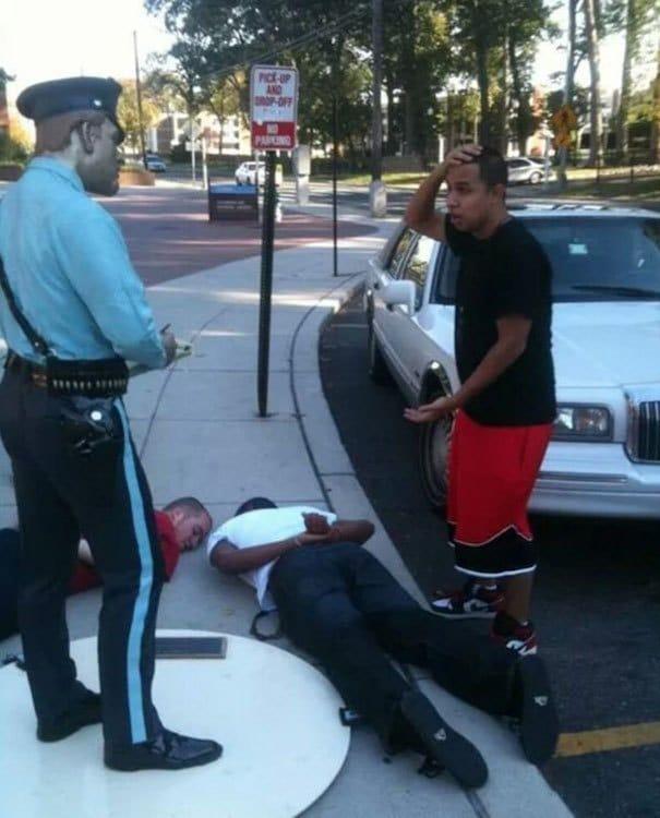 парни рядом со скульптурой полицейского