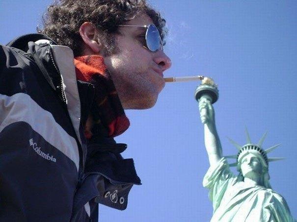 парень на фоне статуи свободы