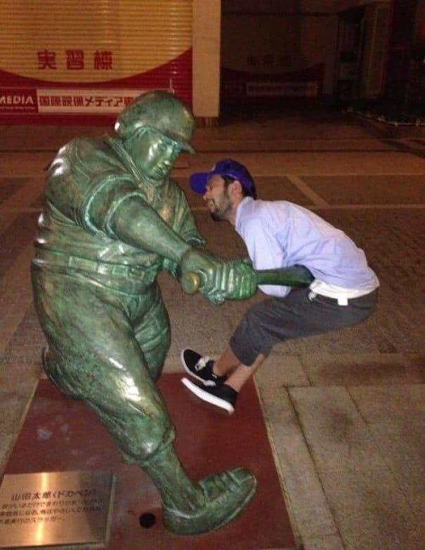 памятник бейсболисту и парень
