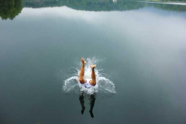 ноги парня в воде