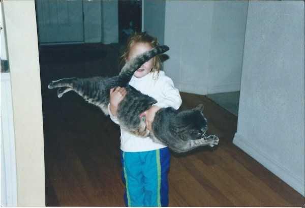 девочка с котом на руках