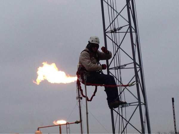 мужчина на нефтяной вышке