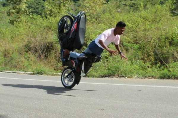 парень падает с мотороллера