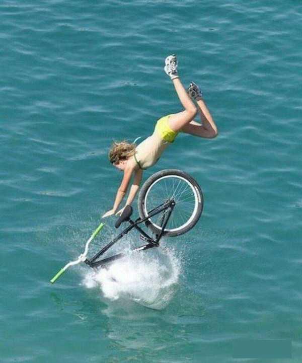 девушка падает с велосипедом в воду
