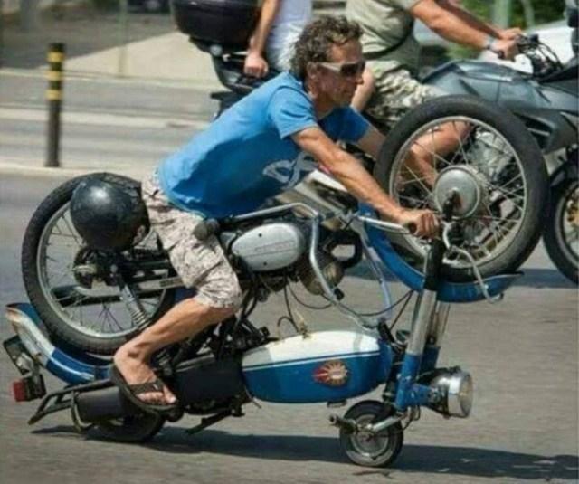 мужчина на перевернутом мотоцикле