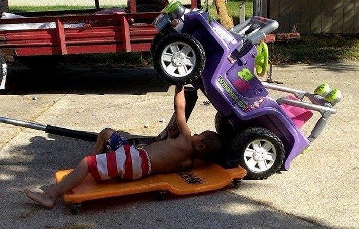 мальчик чинит машину