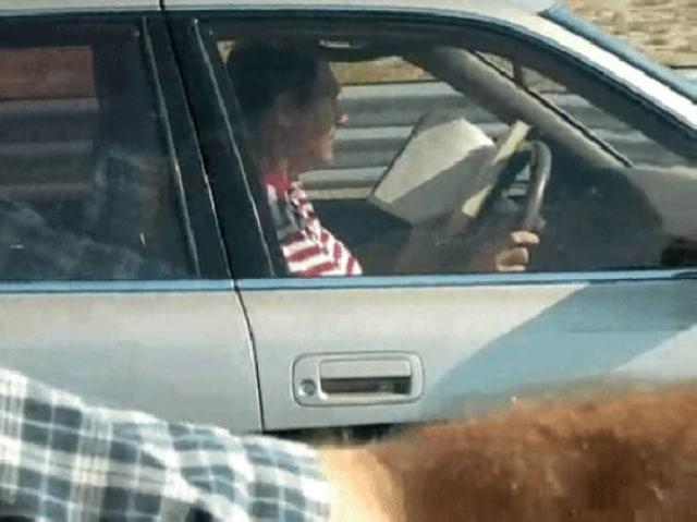водитель читает книгу