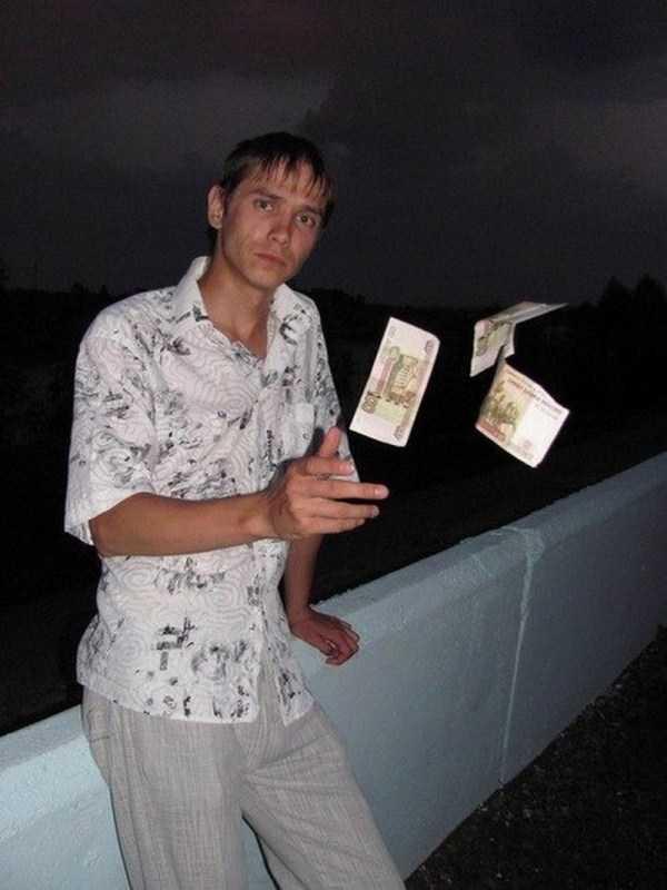 парень бросает деньги