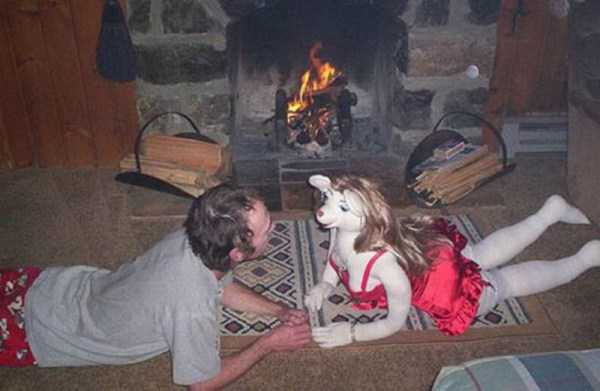 мужчина с куклой у камина