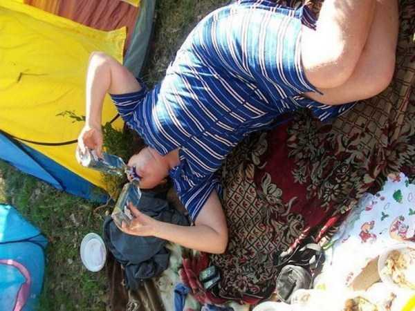 женщина в халате с бутылкой водки