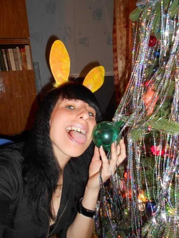 девушка рядом с елкой