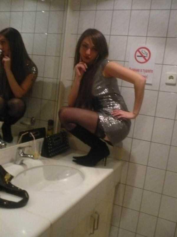 девушка сидит на умывальнике