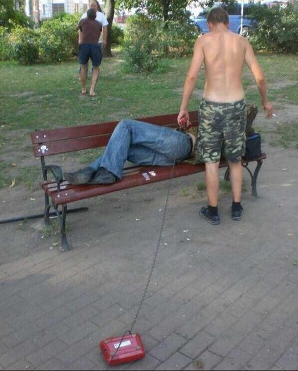 парень лежит на лавке