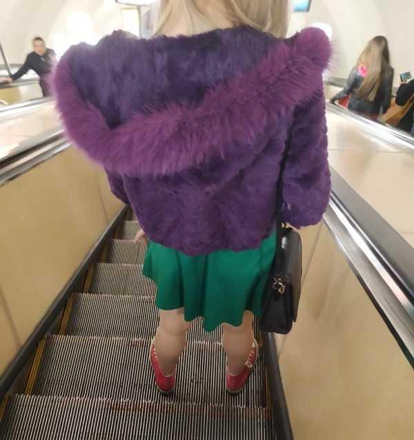 блондинка в фиолетовой шубе