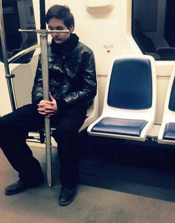 парень с мечом в метро