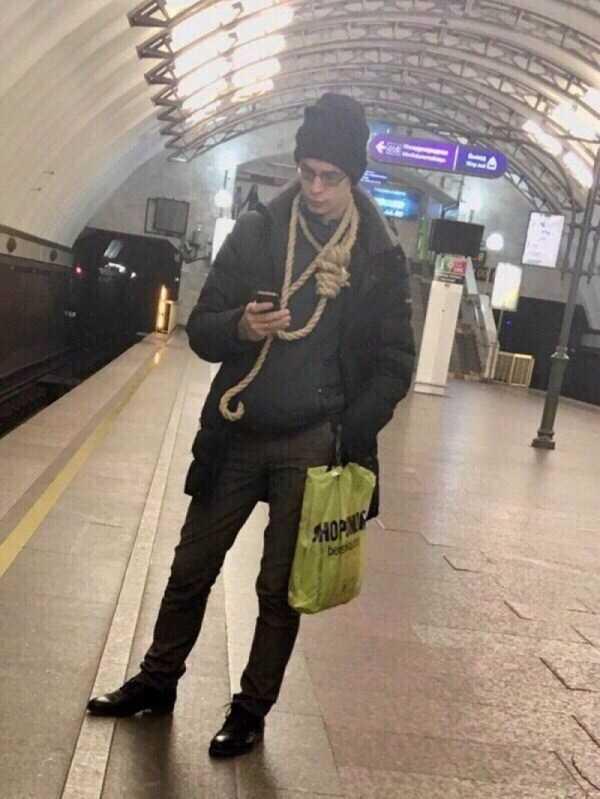 парень с петлей на шее в метро