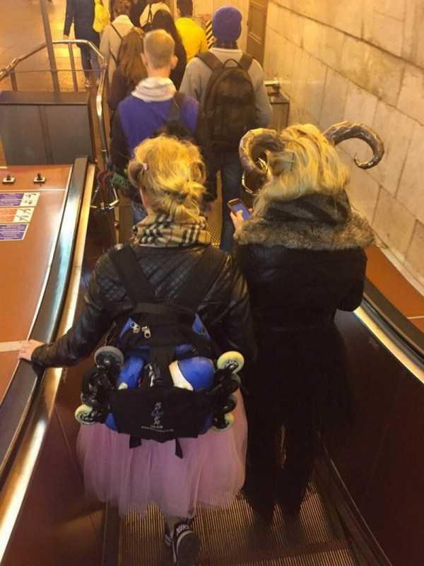 женщины в рогами в метро
