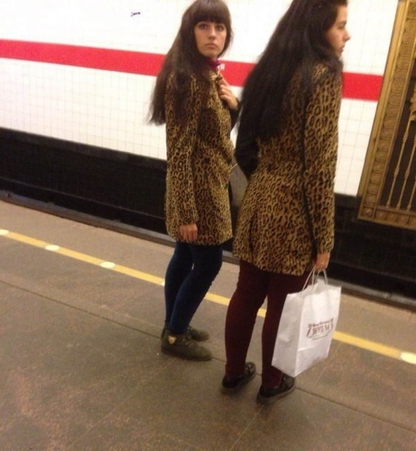 девушки в однинаковых пальто