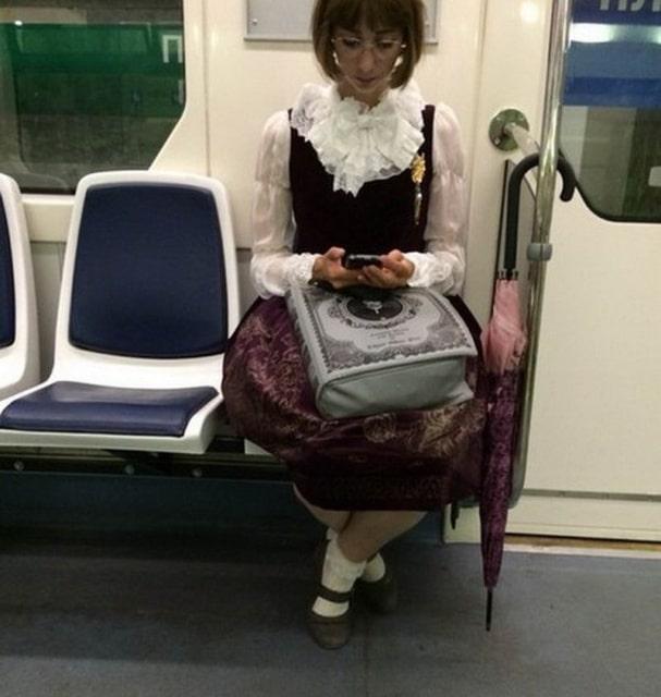 девушка в необычной одежде
