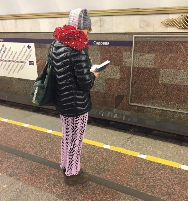 женщина в смешной одежде