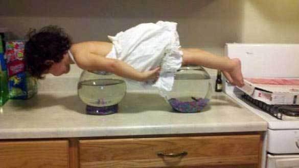девочка лежит на аквариумах