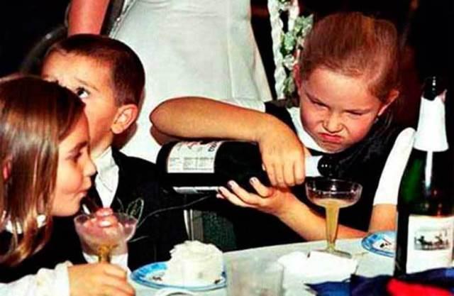 девочка наливает алкоголь