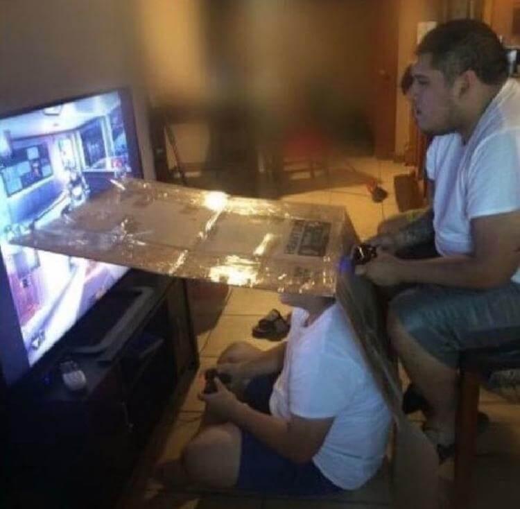 мужчины играют в игры