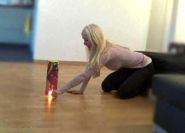 блондинка поджигает фейерверк в квартире